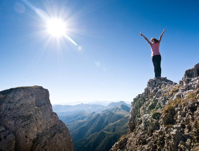 donna in cima alla montagna